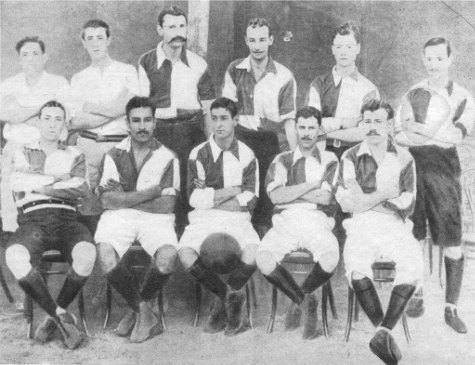 Formación de Central en 1905: Canton-Andersson-Nissen-Welsh-Daech y Kennedy--D.Green-Z.Diaz-Postel-Whortley-Mac Donald.