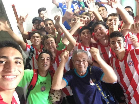El festejo loco de los chicos del Sub15 rosarino, luego de la goleada de hoy y la clasificación.